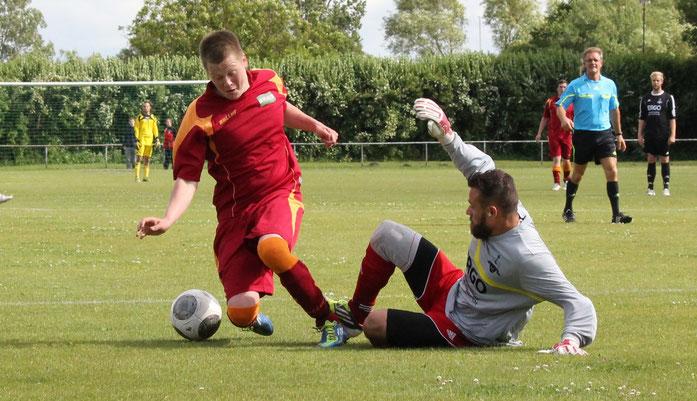 Einsatz an der Grenze des erlaubten: SFC-Keeper Danilo Holtz (rechts) gegen Loks Nico Haferland.