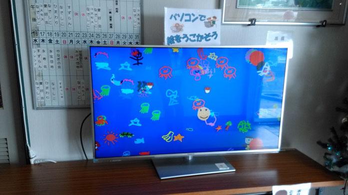 トンボさんの絵の隣には、子供たちが描いた海の生き物がみなさんをお出迎えです。