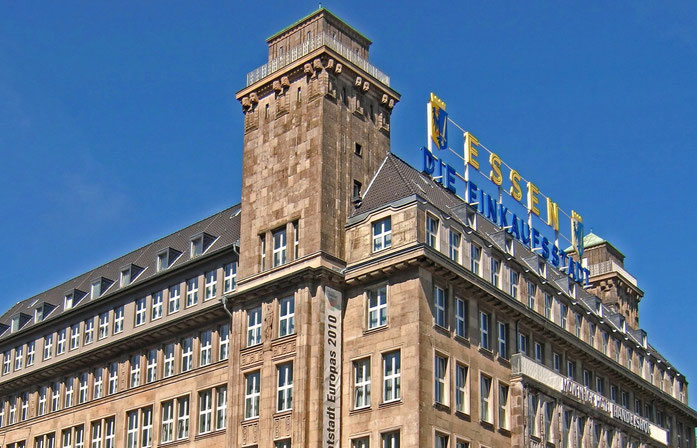 """Der Handelshof in der Innenstadt am Hauptbahnhof begrüßt die Besucher mit dem Schriftzug """"Essen, die Einkaufsstadt""""."""