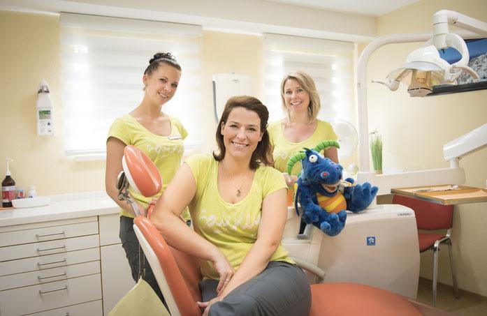 Zahnärztin Claudia Fiedler und ihr Praxisteam Heike und Mary stellen sich vor