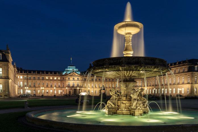 Schlossplatz Stuttgart und Neues Schloss illuminiert bei Nacht; Detektive der Kurtz Detektei Stuttgart