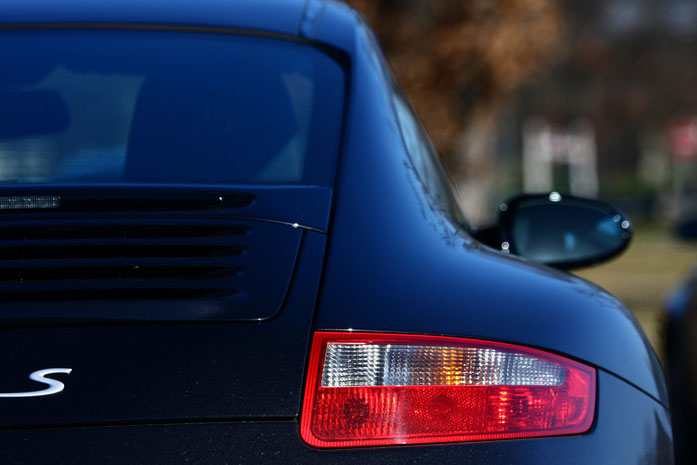 Porsche Carrera 997 S in schwarz von hinten; Detektive der Kurtz Detektei Stuttgart