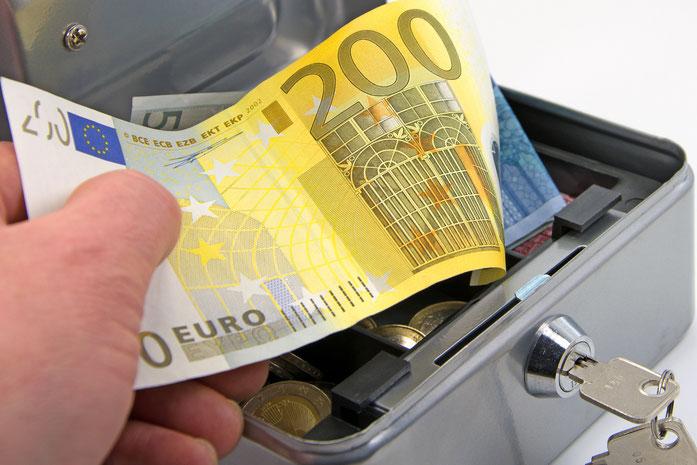 Ein Mitarbeiter stiehlt Geld aus der Kasse, Kurtz Detektei Dresden.