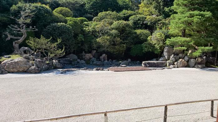 鶴と亀を形どった庭園