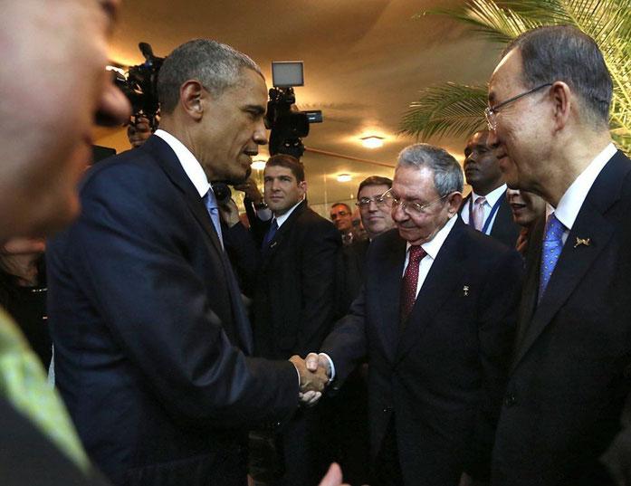 Saludo histórico del presidente de EE.UU. Obama y el cubano Raúl Castro.