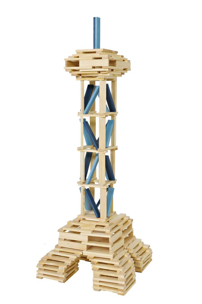 kleiner Eiffel Turm aus kapla Steinen mit hellblauen Akzenten