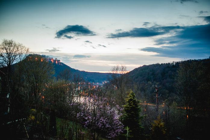 Dämmerung im Frühling - Der Blick auf die Festung Königstein und die Elbe