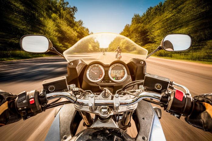 Sowohl im Großstadtverkehr als auch auf den ruhigeren Straßen Brandenburgs bietet das Motorrad einige Vorteile für die Observation.