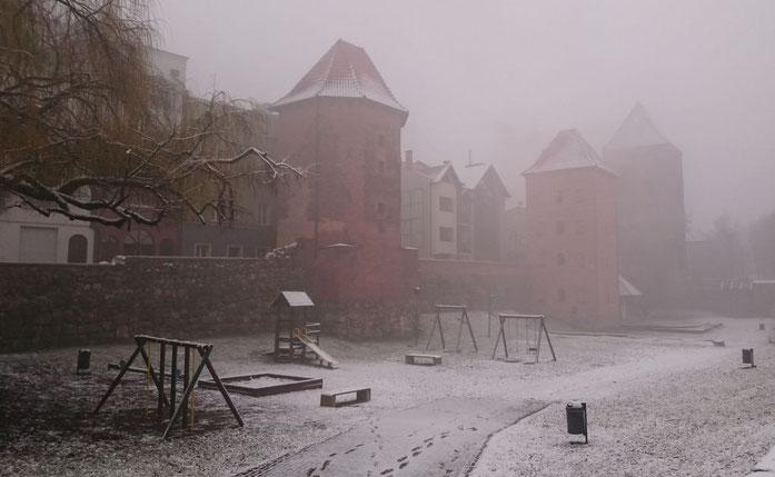 Die Stadt hüllt sich noch in Nebel, würde der Romantiker schreiben