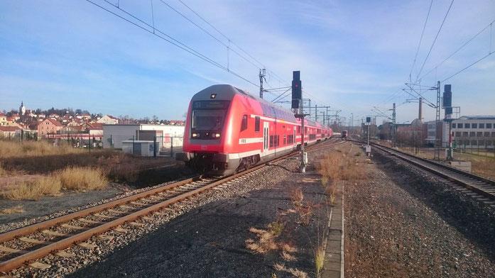 S-Bahn aus Richtung Dresden bei der Einfahrt in Meißen, im Hintergrund die abgestellte RB 110