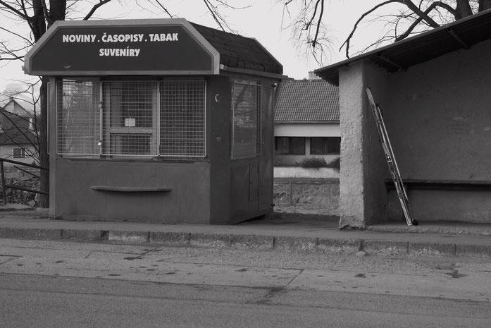 Bushaltestelle an der Kirche mit verlassenem Kiosk