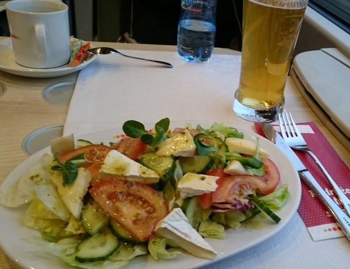 Salat und Bier, auf Porzellan und im Glas