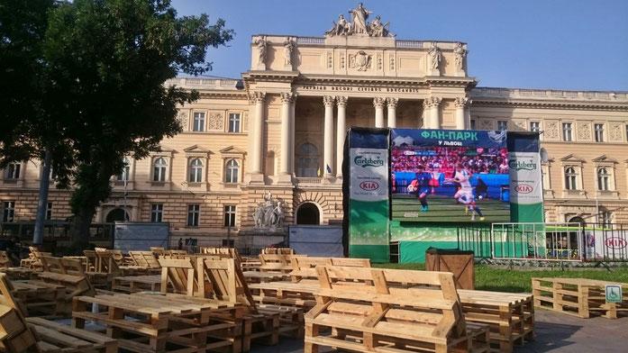 Public Viewing vor der Universität von Lemberg