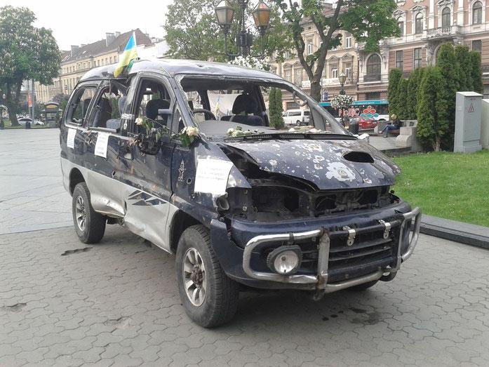 am Svoboda-Prospekt: zerschossenes Auto