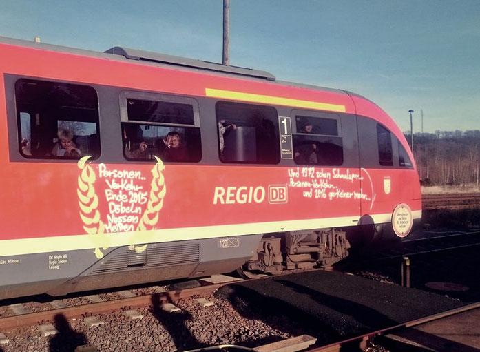 mit Abschiedsgrüßen besprühter Zug nach Meißen im Bahnhof Nossen