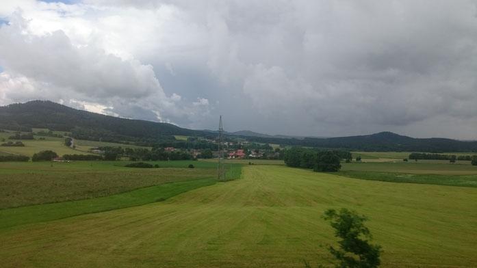 Von Franken in die Oberpfalz - vorbeiziehende Landschaft bei unbeständiger Wetterlage