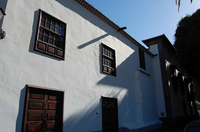 Puertas y ventanas en parte posterior de la ermita