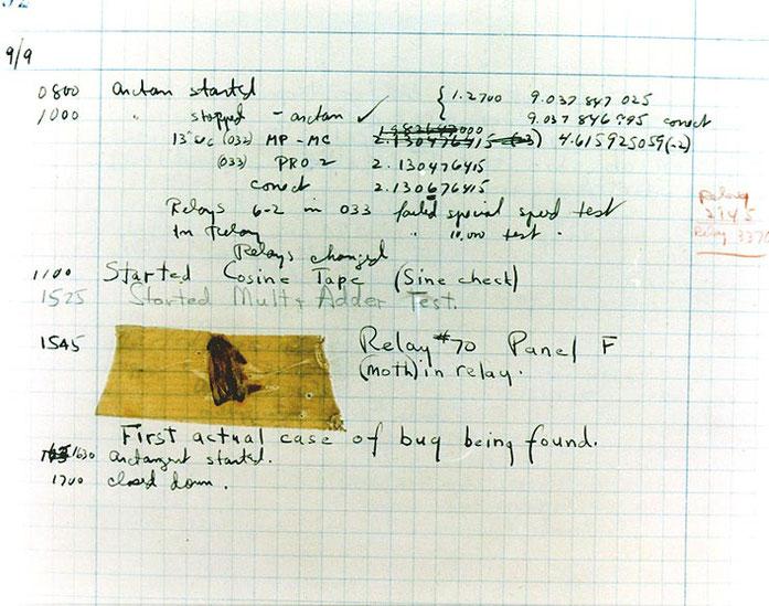 Photo du « premier cas véritable de découverte de bug », dans le journal d'entretien du Harvard Mark II conservé à la Smithsonian Institution.
