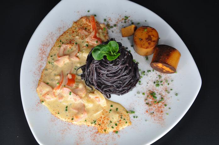 Black Rice Noodles mit Soyana-Paprika-Tofuwurst an einer Peperoni-Champignons Sojarahmsauce