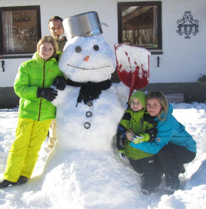 #Schusterbauer, #Koppl, #UrlaubamBauernhof, #Fuschlseeregion, #Schmitzberger, #Winter, #Schnee, #Advent, #Wintersonne, #Bauernhof, #Schneemann, #Familie