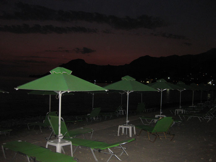 Bei Nacht stehen Schirmchen und Liegen sogar kostenlos zur Verfügung!