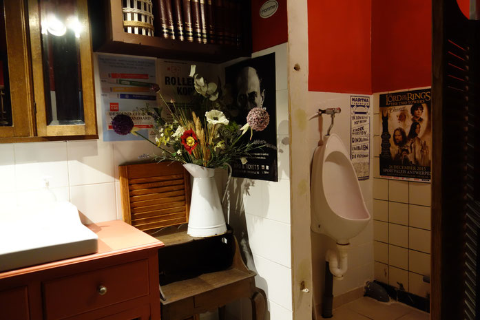 Männer-Urinal direkt neben dem Handwaschbecken für alle... das sehen wir hier nicht zum ersten Mal - aber besonders schön dekoriert!