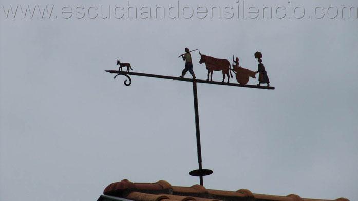 Veleta de hierro sobre tejado