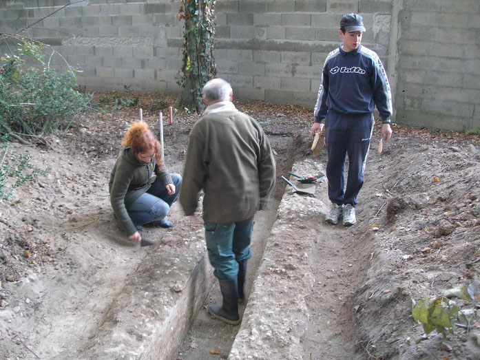 """Sondage archéologique sur un tronçon de l'aqueduc gallo-romain de Villenave d'Ornon au lieu-dit """"Lahontan"""" en 2007. Certains membres de l'ARHO nettoient le conduit enterré."""