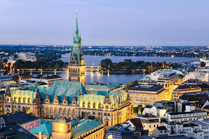 Hamburger Rathaus und Alster in der Dämmerung; Detektive der Kurtz Detektei Hamburg