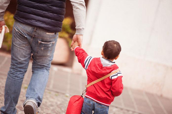 Kind an der Hand eines Mannes; Kurtz Detektei Hamburg