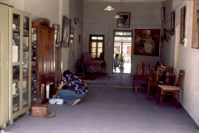 1975 : Steve in Mandali Hall, Meherazad packing his video camera gear. Photo taken by Sher DiMaggio