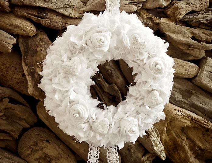 Kranz aus Stoffresten und selbst gedrehten Rosen aus Stoff