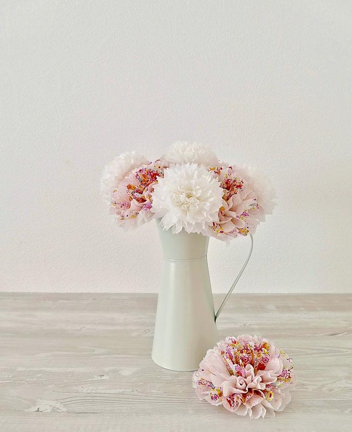 Blüten aus Servietten DIY in weisser Kanne