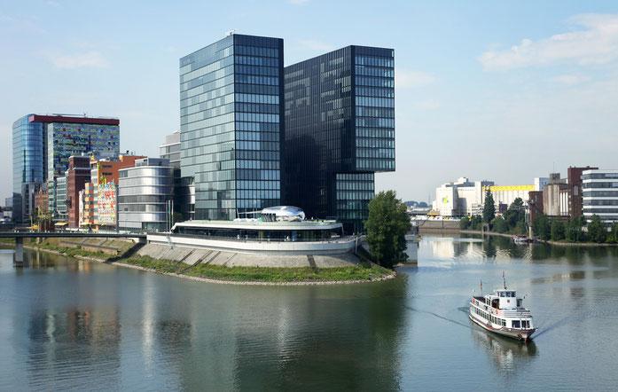 Bürogebäude im Düsseldorfer Medienhafen, im Vordergrund ein Passagierschiff; Kurtz Wirtschaftsdetektei Düsseldorf