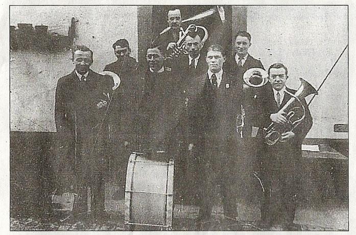 Gruppenfoto der Gründungsmitglieder im Jahr 1934:  Walter Bock (hinten), Herbert Schalter, Jakob Wagner, Robert Beutelmann (Mitte), Heinrich Weiß, Karl Kistner, Adolf Bergtholdt und Heinrich Kehrer (vorne, alle von links nach rechts)