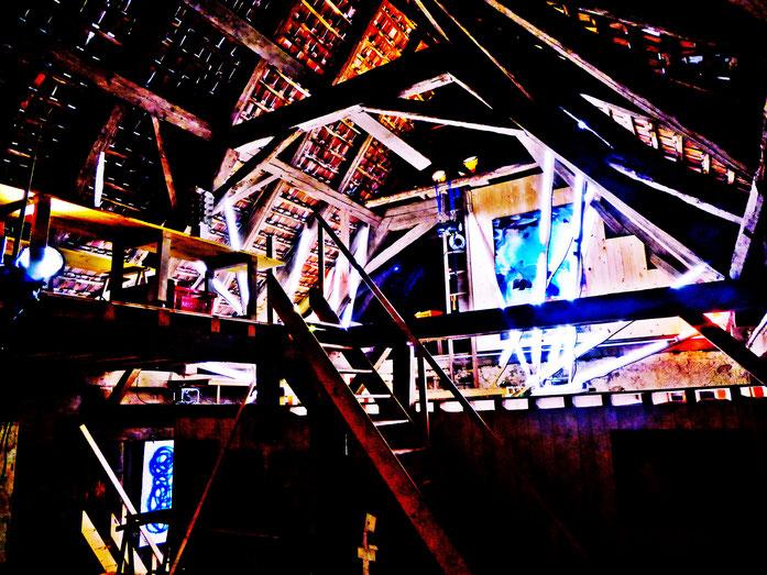 Pedro Meier: Atelier am Jurasüdfuss – Licht und Soundinstallation im Dachstock des zweihundertjährigen Bauernhauses – Neon / LED Schlangen – Photo 2017 © Pedro Meier/ProLitteris Zürich/Basel, Gerhard Meier-Weg Niederbipp, bei Solothurn im Oberaargau, Bern