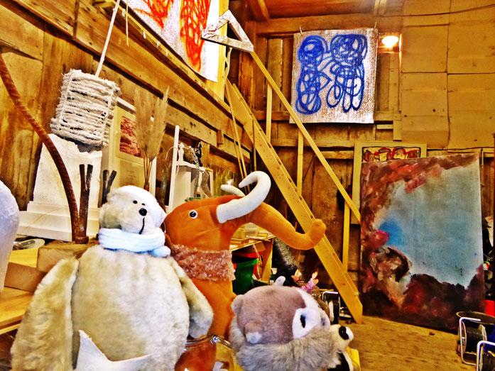 Pedro Meier – Atelier am Jurasüdfuss – Installation »Childhood Memory – Sichtbare Zeit« mit Plüschtieren und Einmachgläsern (in Arbeit) – Photo 2017 © Pedro Meier / ProLitteris Zürich/Basel, Gerhard Meier-Weg Niederbipp, bei Solothurn im Oberaargau, Bern