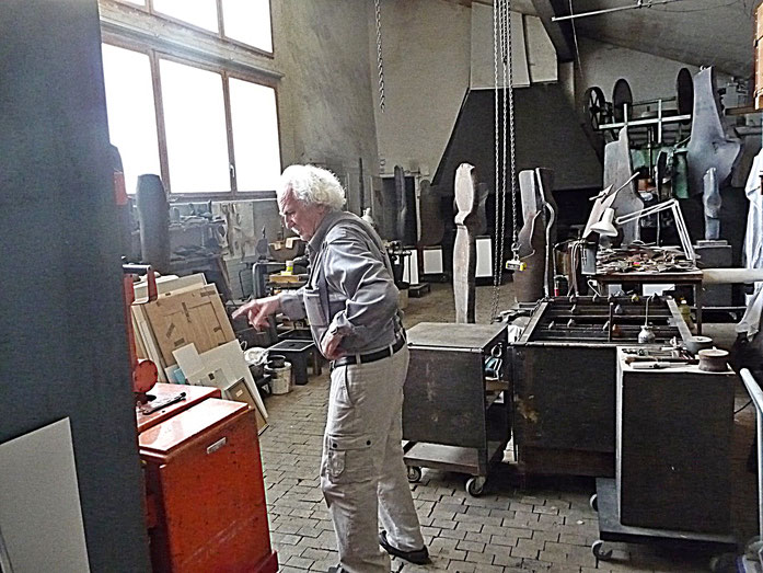 Pedro Meier – Oscar Wiggli im Skulpturen-Atelier – Fondation Oscar et Janine Wiggli, Muriaux bei Saignelégier Jura. ARGOL Records - Edition IROISE. Photo 2010 © Pedro Meier Multimedia Artist / ProLitteris, Ateliers: Gerhard Meier Weg, Niederbipp – Bangkok