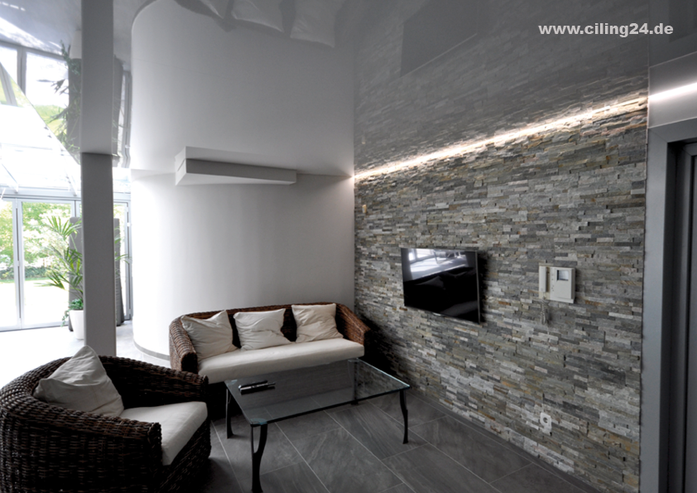 Bild mit weißer, glänzenden Spanndecke und zuschaltbarem LED-Lichtkanal in der Schattenfuge.