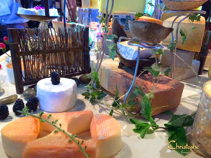 Contraste des couleurs, la décoration est là pour magnifier le fromage.