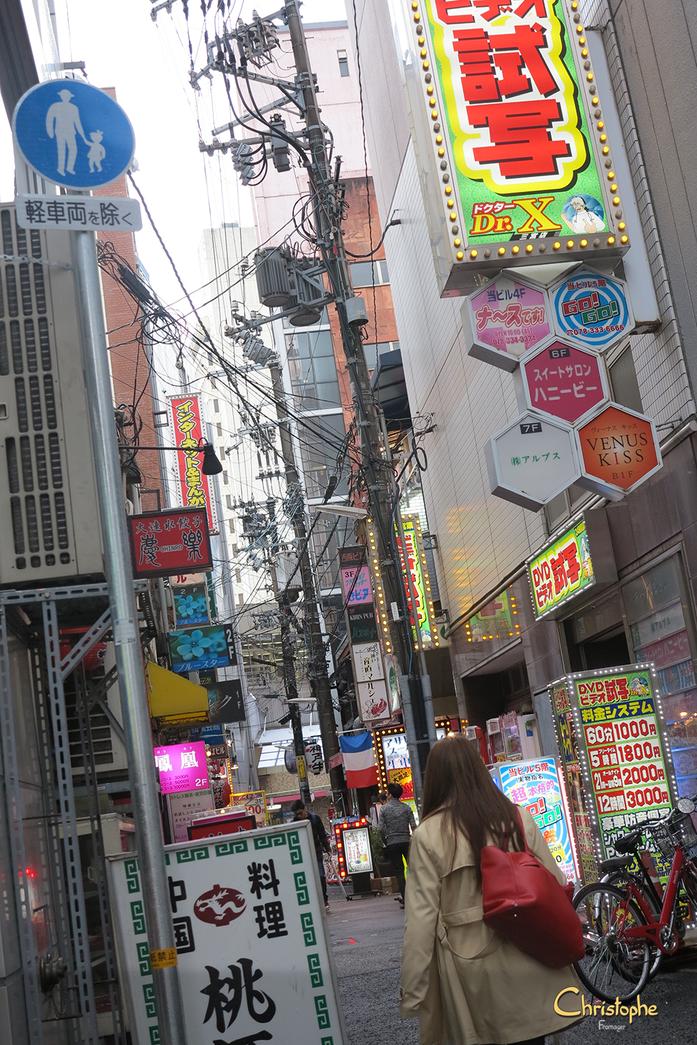 Kobe - dans une rue pittoresque, une boutique insalubre tenue par une vieille dame, dans laquelle s'empile jusqu'au plafond : planches, verres, assiettes, ustensiles de cuisines en tout genre ... ! Un petit paradis ^^ où j'y achète 2 planches à sushis !