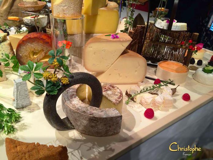 Fromages distincts ! Les coupes sont sobres, la forme du fromage n'est pas dénaturée, le produit est respecté. J'y vois sur la tome de brebis, les plaques tectoniques du Japon ...