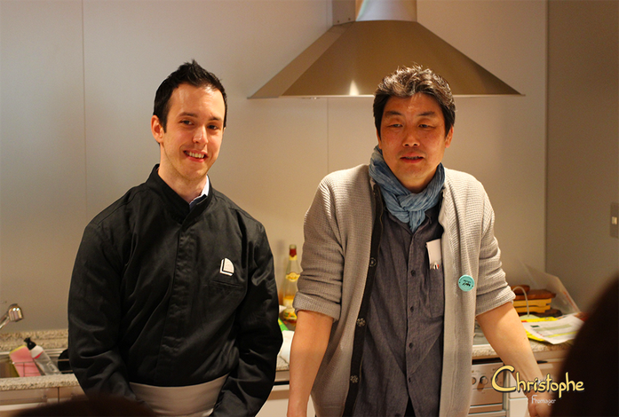 """Hideaki, animateur présente le """"final show"""" avec ma démonstration de découpes et confection du plateau."""