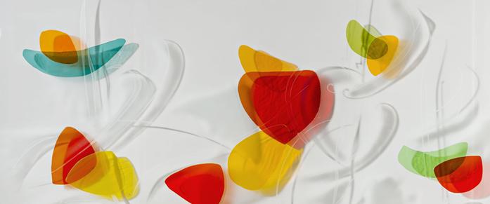 Glaskunst Wandrelief von Iris Henkenhaf-Stark mit farbigen, teilweise übereinander gefusten Scherben, Sparkasse Pforzheim