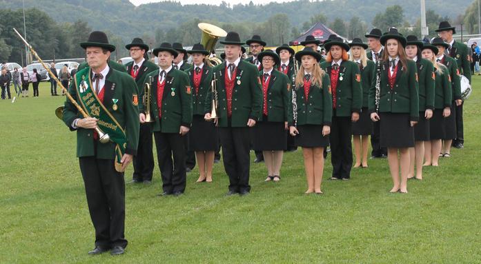 Musikerinnen und Musiker bei der Prüfung in Ottendorf