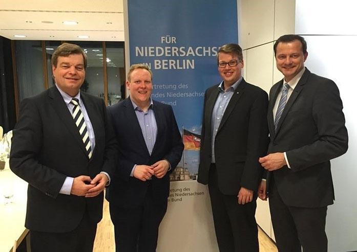 PSts Enak Ferlemann mit  (von rechts) seinem Bundestagskollegen Oliver Grundmann MdB, Alexander Krause JU-Bezirksvorsitzender Elbe-Weser und Tilmann Kuban Landesvorsitzender der JU-Niedersachsen
