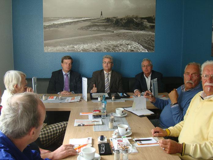 Reger Gedanken- und Meinungsaustausch bei der CDA mit von links: PSts Ferlemann, MdB Knoerig u. Vorsitzender Fichtner