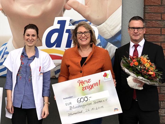 Bild zeigt die Spendenübergabe des dm Drogeriemarktes in Höhe von 600 Euro an die Vertreter des Blindengartens, Bettina Hornhues (1. Vorsitzende) und Marc-Oliver Bruns (Kassenwart)