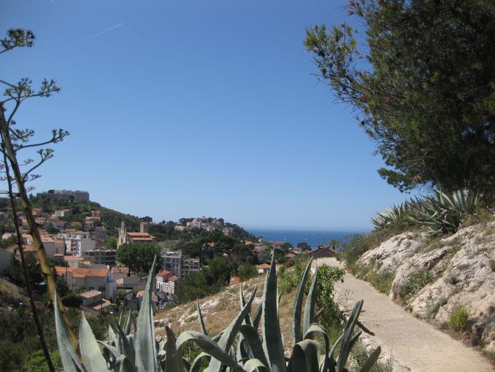 Blick vom Spaziergang zur Kirche Notre Dame de la Garde, die über Marseille thront.
