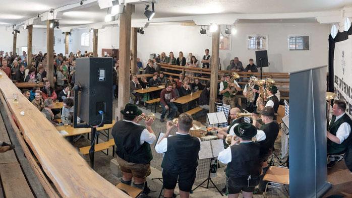 In den Alten Pferdestall lockten die Würmsee Böhmischen das Publikum bei der Andechser Musikwoche. Unter den Gästen waren auch Mitglieder von LaBrassBanda.© Stefan Schuhbauer-von Jena